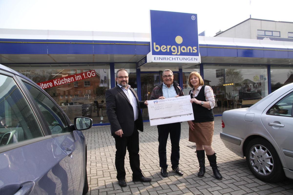 Bergjans Spende für den Stiftungsrat (v.l. Martin König, Jochen Bruhn, Cornelia Foth)