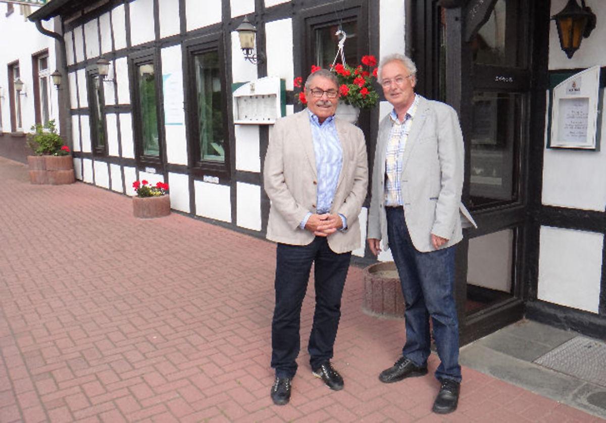 (v.r. Bernd Seeger vom Hotel Lingemann und Stiftungsvorsitzender Jochen Bruhn)