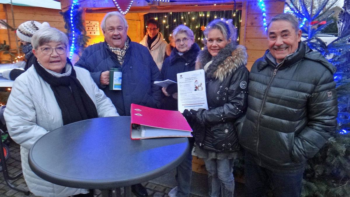 (v.r. Jochen Bruhn und Susanne Schlüter (Bürgerstiftung) am Stand von FAND mit Hannah Leicht, Wolfgang Rabe, Ulrike Gärtner sowie Rena Bruhn)